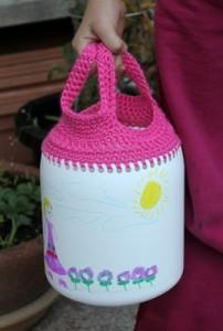 Bidones de plástico reutilizados en cesta de compras