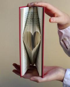 Libro reciclaje creativo con corazón para San Valentín