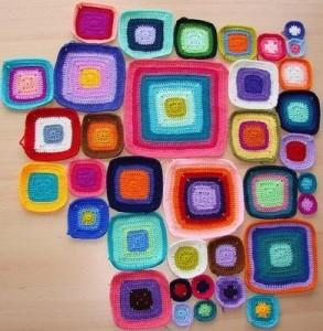 Grannys squares de ganchillo con tiras de plástico