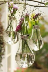 Floreros de cristal con bombillas usadas