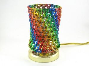 Lámpara mesita de noche con chapas de colores