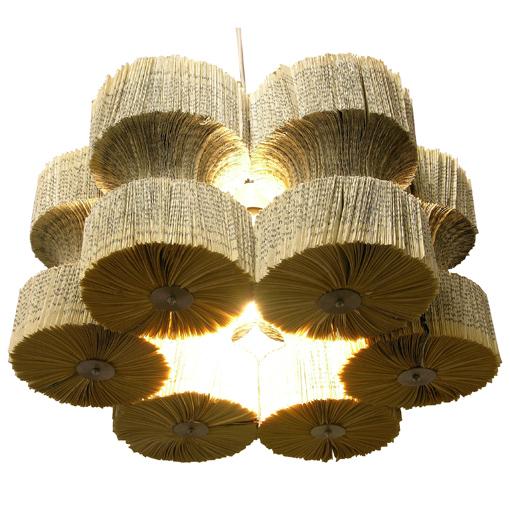 Lámpara de techo hecha con libros viejos