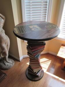 Mesa hecha con libros viejos