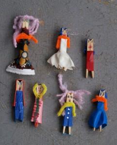 Muñecos pinzas de madera con ropa reciclada