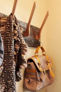 Reutilizar perchas de madera en colgadores