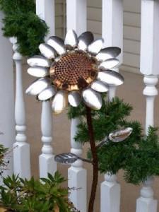 Adornos de jardín con cucharas metálicas viejas