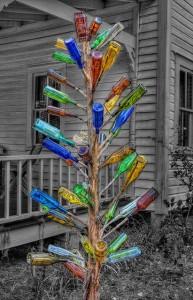 Árbol decorado con botellas de colores