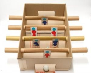 Futbolín casero con caja de cartón