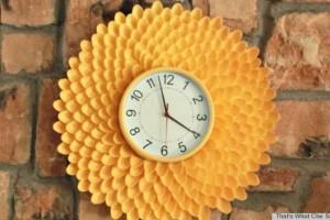 Reloj de cocina con cucharas de plástico