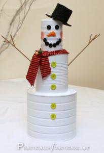Muñeco de nieve con latas de conservas