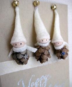 Elfo de Navidad con piñas piñoneras