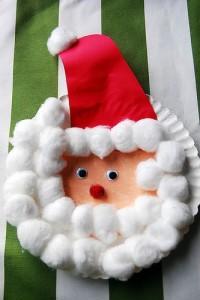 Santa Claus con platos desechables