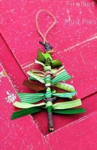 Adorno árbol Navidad con ramas y lazos viejos