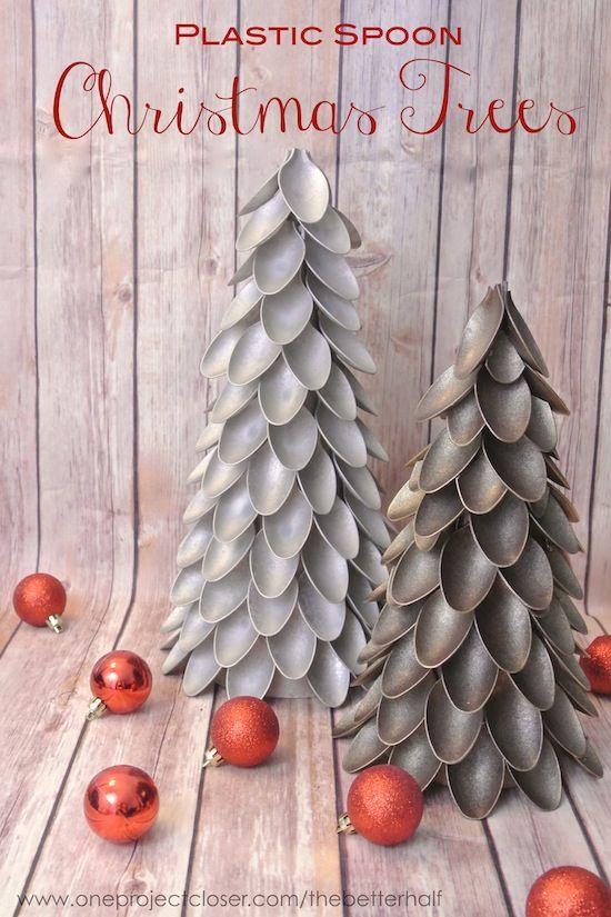Árbol de Navidad con cucharas de plástico