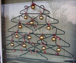 Árbol de Navidad con perchas de tintorería
