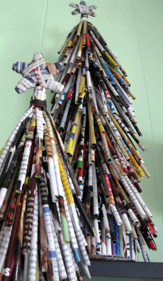 Árbol navideño de mesa con revistas