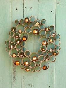Corona de puerta de Navidad con tubos de cartón