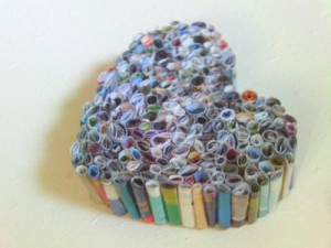 Decoración de corazón con revistas recicladas