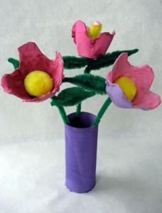 Florero con flores hecho con tubo de cartón y hueveras