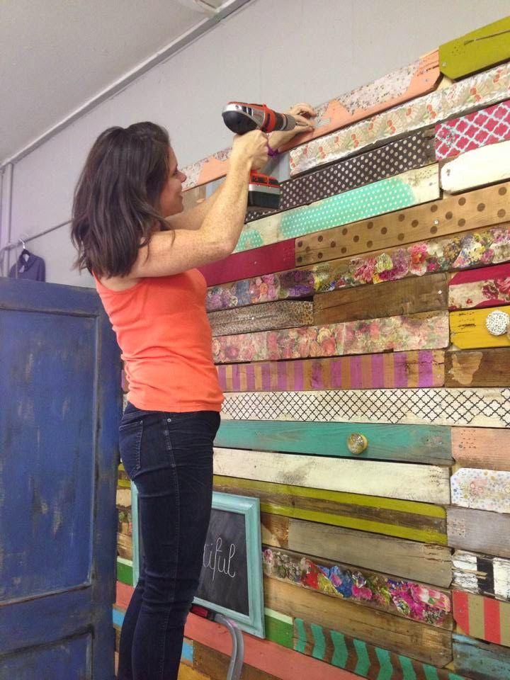 C mo forrar paredes con madera de palets pintados - Forrar pared con palets ...