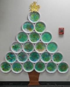 Árbol de Navidad con platos de papel