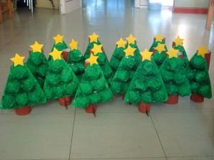 Árbol de Navidad con tubo de cartón y hueveras