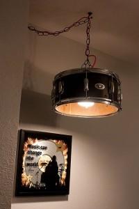 Bateria musical trasformada en lámpara