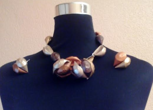 Collar y pendientes de caracolas con cápsulas nespresso