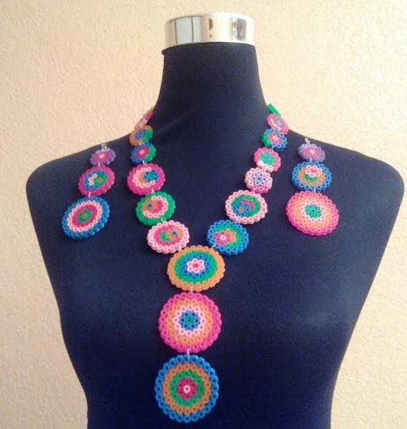Collar de círculos multicolor hecho con hamabeads midi