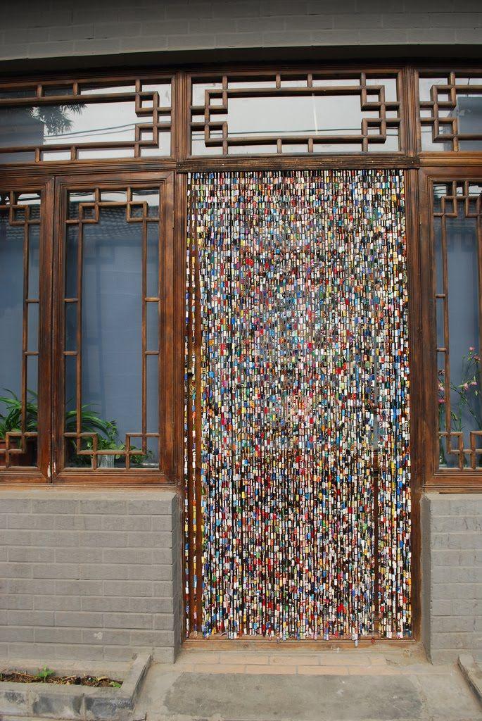 Ideas para hacer cortinas para puertas con revistas recicladas for Cortinas para puertas exteriores ikea