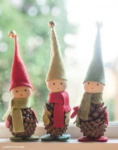 Duendes de Navidad con piñas de pino y fieltro