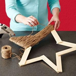Estrella con trozos de madera y cuerda embalaje