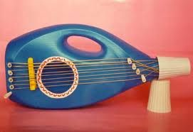 Guitarra de juguete con garrafa de suavizante