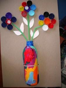 Jarrón de flores con tapones de plástico
