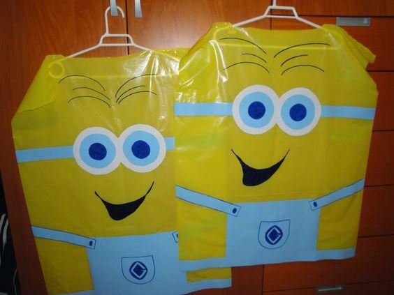 Disfraces de Minions con bolsas de basura amarillas y cartulinas