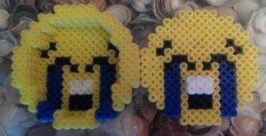 Caja de emoji tronchandose de risa con hama midi
