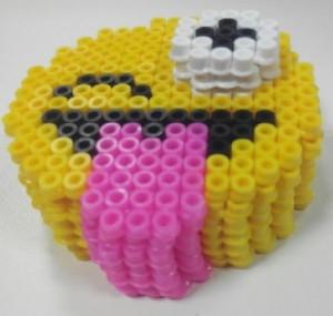 Emoji guiño con lengua fuera hama midi