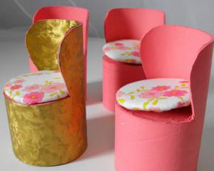 Sillas para muñecas con tubos de cartón