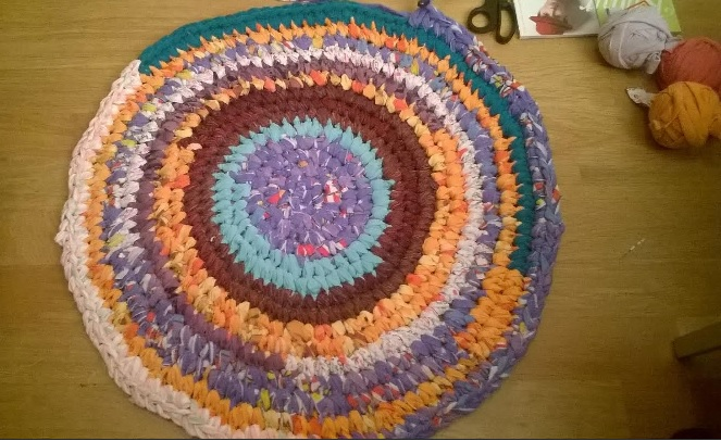 Cómo hacer alfombra de ganchillo con tiras de camisetas