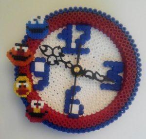 Reloj infantil de barrio sésamo con hama beads