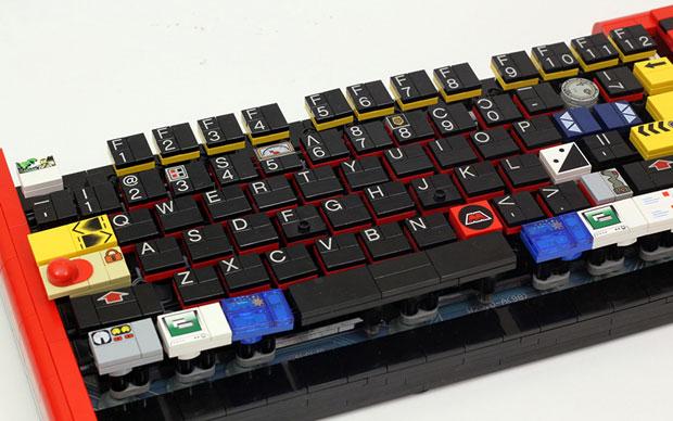 Teclado de ordenador reciclado con piezas de lego