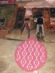 Adorno árbol Navidad forma de bola rosa con grecas blancas