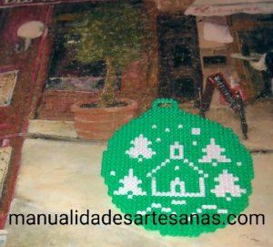 Adorno de bola navideña de pinos y casa
