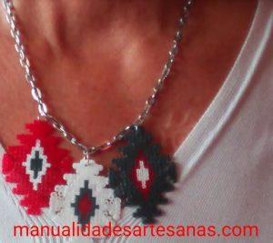 Collar tricolor de mándalas forma de cruz