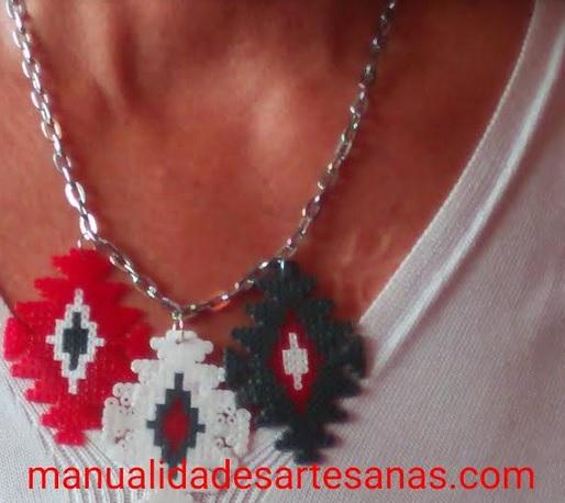 Collar tricolor de mándalas de cruces de hamabeads mini