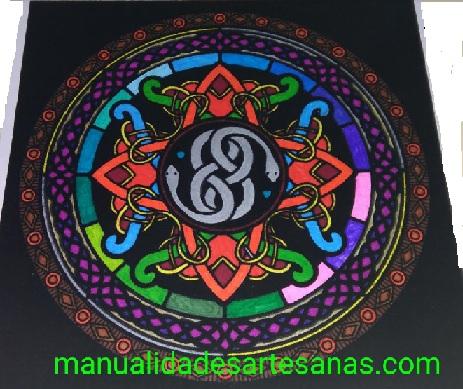 Mandala del símbolo de la mitología celta wuivre pintado