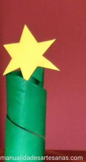 Árbol abstracto de Navidad con tubo de cartón grande