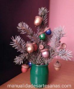 Árbol de Navidad de mesa con bolas navideñas de bellotas de colores