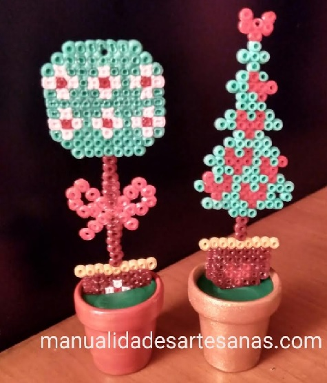 Mini tiestos con adornos de Navidad de hamabeads mini