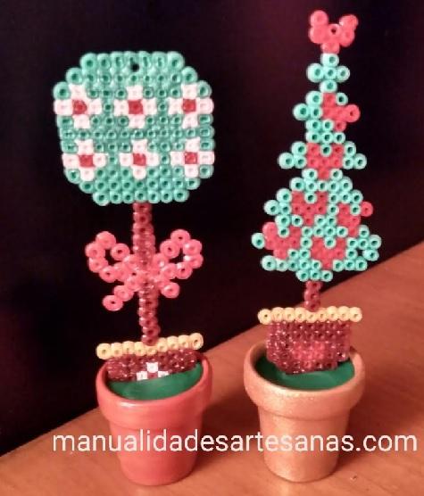 Mini tiestos con árboles navideños de hamabeads mini